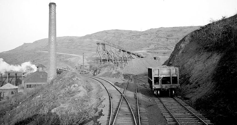 An iron mine on Red Mountain in Birmingham, ca. 1906. Photo courtesy of the Library of Congress Photographic Archives